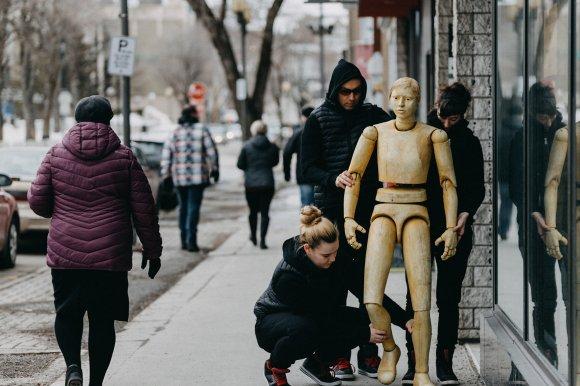 photo pat marionnette debout rue